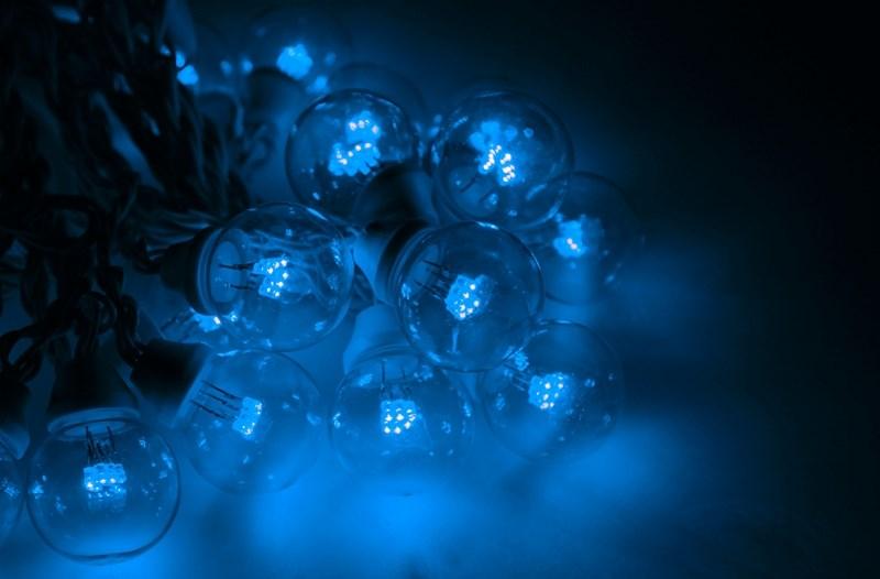 Гирлянда Neon-Night Galaxy Bulb String, светодиодная, влагостойкая, 30 ламп х 6 LED, каучуковый провод, цвет: черный, синий, 10 м331-323Гирлянда LED Galaxy Bulb String внешне схожа с гирляндой Belt-light. Отличается она тем, что уже готова к использованию, на шине через каждые 33 см уже смонтированы прозрачные лампочки диаметром 45 мм, в каждой из которой есть 6 диодов. Благодаря своей степени защиты гирлянда может быть использована как в помещении, так и на улице, даже в сильный мороз.Данная гирлянда имеет длину 10 м, на которой равномено расположено 30 лампочек синего цвета свечения.