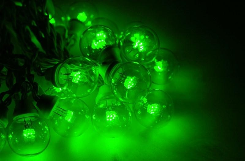 Гирлянда Neon-Night Galaxy Bulb String, светодиодная, влагостойкая, 30 ламп х 6 LED, каучуковый провод, цвет: черный, зеленый, 10 м331-324Гирлянда LED Galaxy Bulb String внешне схожа с гирляндой Belt-light. Отличается она тем, что уже готова к использованию, на шине через каждые 33 см уже смонтированы прозрачные лампочки диаметром 45 мм, в каждой из которой есть 6 диодов. Благодаря своей степени защиты гирлянда может быть использована как в помещении, так и на улице, даже в сильный мороз.Данная гирлянда имеет длину 10 м, на которой равномено расположено 30 лампочек зеленого цвета свечения.