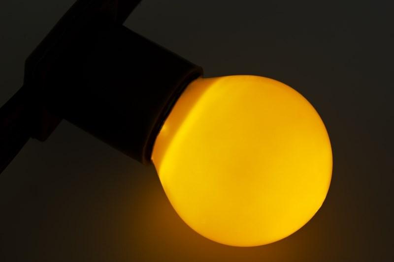 Лампа Neon-Night, цоколь Е27, 10 Вт, цвет колбы: желтый401-111Декоративные лампы накаливания гирлянд Belt Light служат для придания свечению нужного цвета, который позволит создать праздничную атмосферу и украсить не только уличные элементы, но и интерьеры помещений. Колба лампы имеет форму шара диаметром 45 мм, что позволяет увеличить площадь свечения и насыщенность светом окружающего пространства. Стекло лампы окрашено специальной влагостойкой светопропускающей краской придающей свету нужный оттенок. Декоративная лампа имеет стандартный цоколь Е27, при помощи которого установка является весьма простой процедурой не занимающей много времени. Потребление лампы составляет всего 10Вт, что позволяет снизить затраты на электроэнергию. Специальная конструкция лампы разработана таким образом, что при выходе из строя одной лампы все остальные в гирлянде Belt Light остаются работать, что позволяет без труда отыскать перегоревшую лампу и заменить.