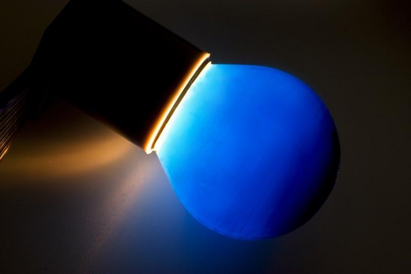 Лампа Neon-Night, цоколь Е27, 10 Вт, цвет колбы: синий401-113Декоративные лампы накаливания гирлянд Belt Light служат для придания свечению нужного цвета, который позволит создать праздничную атмосферу и украсить не только уличные элементы, но и интерьеры помещений. Колба лампы имеет форму шара диаметром 45 мм, что позволяет увеличить площадь свечения и насыщенность светом окружающего пространства. Стекло лампы окрашено специальной влагостойкой светопропускающей краской придающей свету нужный оттенок. Декоративная лампа имеет стандартный цоколь Е27, при помощи которого установка является весьма простой процедурой не занимающей много времени. Потребление лампы составляет всего 10Вт, что позволяет снизить затраты на электроэнергию. Специальная конструкция лампы разработана таким образом, что при выходе из строя одной лампы все остальные в гирлянде Belt Light остаются работать, что позволяет без труда отыскать перегоревшую лампу и заменить.
