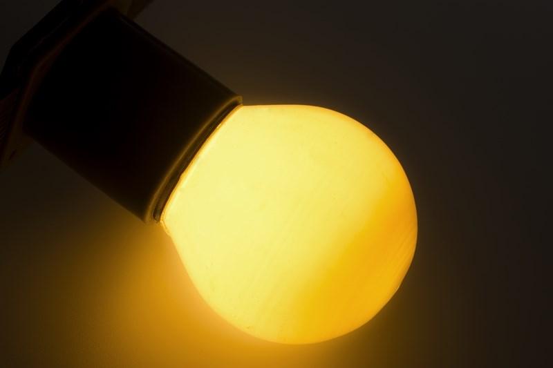Лампа Neon-Night, цоколь Е27, 10 Вт, цвет колбы: белый401-115Декоративные лампы накаливания гирлянд Belt Light служат для придания свечению нужного цвета, который позволит создать праздничную атмосферу и украсить не только уличные элементы, но и интерьеры помещений. Колба лампы имеет форму шара диаметром 45 мм, что позволяет увеличить площадь свечения и насыщенность светом окружающего пространства. Стекло лампы окрашено специальной влагостойкой светопропускающей краской придающей свету нужный оттенок. Декоративная лампа имеет стандартный цоколь Е27, при помощи которого установка является весьма простой процедурой не занимающей много времени. Потребление лампы составляет всего 10Вт, что позволяет снизить затраты на электроэнергию. Специальная конструкция лампы разработана таким образом, что при выходе из строя одной лампы все остальные в гирлянде Belt Light остаются работать, что позволяет без труда отыскать перегоревшую лампу и заменить.