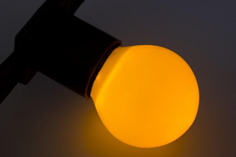 Лампа шар Neon-Night, светодиодная, 3 LED, цоколь Е27, цвет: желтый, диаметр 45 мм405-111Декоративные светодиодные лампы используются с гирляндой Belt Light и служат для украшения улиц, фасадов зданий и интерьеров. Колба лампы имеет форму шара диаметром 45мм, что позволяет увеличить площадь свечения и насыщенность светом окружающего пространства. Она выполнена из ударопрочного цветного поликарбоната. Декоративная лампа имеет стандартный цоколь Е27, при помощи которого установка является весьма простой процедурой не занимающей много времени. Суммарная мощность светодиодов составляет всего 1Вт, что позволяет снизить затраты на электроэнергию и подключить гирлянду большей длины. Светодиодные лампы используются с гирляндами Belt Light двух или пятижильными, а при ипользовании специального контроллера можно создать различные динамические световые эффекты.