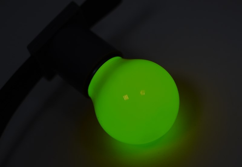 Лампа шар Neon-Night, светодиодная, 3 LED, цоколь Е27, цвет: зеленый, диаметр 45 мм405-114Декоративные светодиодные лампы используются с гирляндой Belt Light и служат для украшения улиц, фасадов зданий и интерьеров. Колба лампы имеет форму шара диаметром 45мм, что позволяет увеличить площадь свечения и насыщенность светом окружающего пространства. Она выполнена из ударопрочного цветного поликарбоната. Декоративная лампа имеет стандартный цоколь Е27, при помощи которого установка является весьма простой процедурой не занимающей много времени. Суммарная мощность светодиодов составляет всего 1Вт, что позволяет снизить затраты на электроэнергию и подключить гирлянду большей длины. Светодиодные лампы используются с гирляндами Belt Light двух или пятижильными, а при ипользовании специального контроллера можно создать различные динамические световые эффекты.
