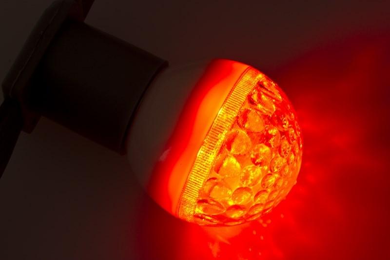 Лампа шар Neon-Night, светодиодная, 9 LED, цоколь Е27, цвет: красный, диаметр 50 мм405-212Декоративные светодиодные лампы используются с гирляндой Belt Light и служат для украшения улиц, фасадов зданий и интерьеров. Колба лампы имеет форму шара диаметром 50мм, что позволяет увеличить площадь свечения и насыщенность светом окружающего пространства. Она выполнена из ударопрочного поликарбоната. Декоративная лампа имеет стандартный цоколь Е27, при помощи которого установка является весьма простой процедурой не занимающей много времени. Суммарная мощность светодиодов составляет всего 3Вт, что позволяет снизить затраты на электроэнергию и подключить гирлянду большей длины. Светодиодные лампы используются с гирляндами Belt Light двух или пятижильными, а при ипользовании специального контроллера можно создать различные динамические световые эффекты.