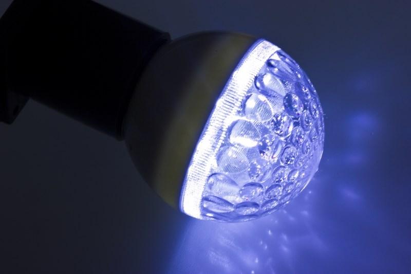 Лампа шар Neon-Night, светодиодная, 9 LED, цоколь Е27, цвет: синий, диаметр 50 мм405-213Декоративные светодиодные лампы используются с гирляндой Belt Light и служат для украшения улиц, фасадов зданий и интерьеров. Колба лампы имеет форму шара диаметром 50мм, что позволяет увеличить площадь свечения и насыщенность светом окружающего пространства. Она выполнена из ударопрочного поликарбоната. Декоративная лампа имеет стандартный цоколь Е27, при помощи которого установка является весьма простой процедурой не занимающей много времени. Суммарная мощность светодиодов составляет всего 3Вт, что позволяет снизить затраты на электроэнергию и подключить гирлянду большей длины. Светодиодные лампы используются с гирляндами Belt Light двух или пятижильными, а при ипользовании специального контроллера можно создать различные динамические световые эффекты.