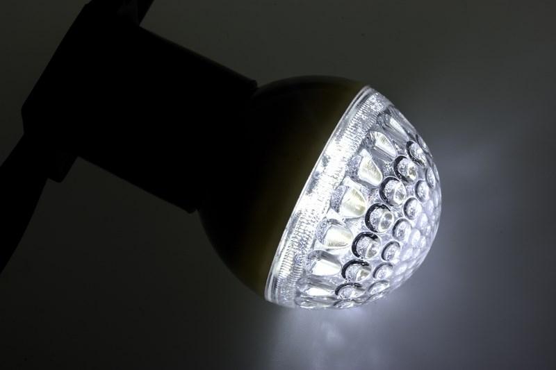 Лампа шар Neon-Night, светодиодная, 9 LED, цоколь Е27, цвет: белый, диаметр 50 мм405-215Декоративные светодиодные лампы используются с гирляндой Belt Light и служат для украшения улиц, фасадов зданий и интерьеров. Колба лампы имеет форму шара диаметром 50мм, что позволяет увеличить площадь свечения и насыщенность светом окружающего пространства. Она выполнена из ударопрочного поликарбоната. Декоративная лампа имеет стандартный цоколь Е27, при помощи которого установка является весьма простой процедурой не занимающей много времени. Суммарная мощность светодиодов составляет всего 3Вт, что позволяет снизить затраты на электроэнергию и подключить гирлянду большей длины. Светодиодные лампы используются с гирляндами Belt Light двух или пятижильными, а при ипользовании специального контроллера можно создать различные динамические световые эффекты.