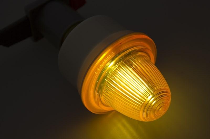 Лампа строб E27 оранжевые411-116Строб-лампы пользуются большой популярностью в декоративной осветительной рекламе. Яркие вспышки хорошо привлекают внимание, как на больших, так и на малых расстояниях. Стандартный цоколь Е27 позволяет устанавливать лампы буквально за несколько секунд. Строб гораздо сильнее и быстрее привлекает внимание, чем другие источники света и применяют его чаще всего в развлекательных целях. Грамотное использование таких ламп может сделать любую наружную рекламу очень эффектной.