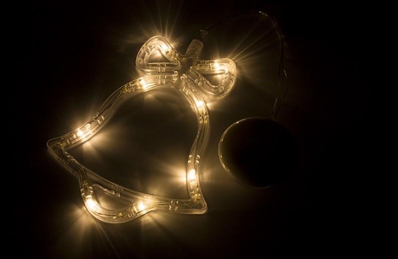 Фигура светодиодная Колокольчик на присоске с подвесом, ТЕПЛЫЙ БЕЛЫЙ501-012Фигура светодиодная выполнена из пластикового короба в форме Колокольчика внутри которого равномерно расположены 8 светодиодов теплого белого цвета свечения. Фигура крепится на ровную гладкую поверхность на присоску, которая расположена на батарейном блоке на расстоянии 20 см от фигуры на подвесе. Питание осуществляется при помощи 3 батареек типа AAA.