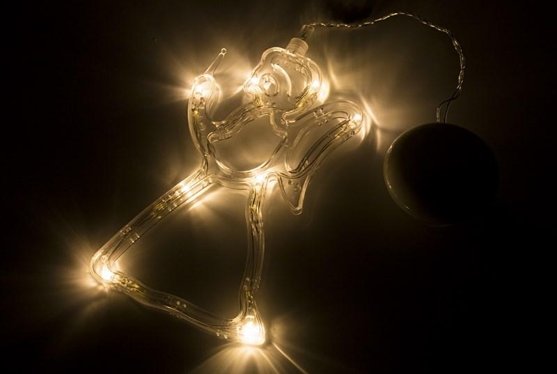 Фигура светодиодная Ангелок на присоске с подвесом, ТЕПЛЫЙ БЕЛЫЙ501-015Фигура светодиодная выполнена из пластикового короба в форме Ангела внутри которого равномерно расположены 8 светодиодов теплого белого цвета свечения. Фигура крепится на ровную гладкую поверхность на присоску, которая расположена на батарейном блоке на расстоянии 20 см от фигуры на подвесе. Питание осуществляется при помощи 3 батареек типа AAA.