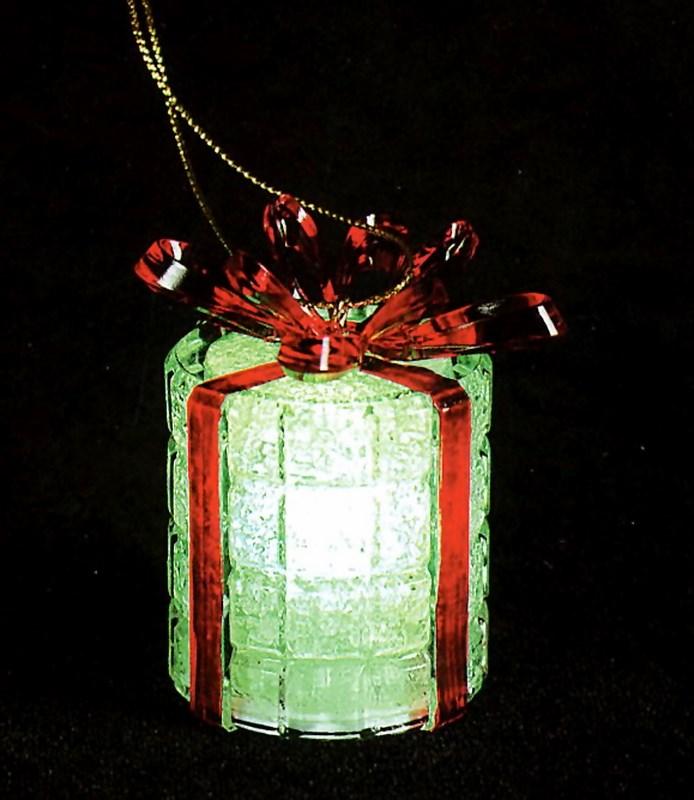 Фигура светодиодная на подставке Новогодний подарок, RGB501-049Светодиодная фигура Новогодний подарок станет прекрасным украшением домашнего интерьера, рабочего стола или послужит просто символичным новогодним комплиментом. Кроме того, фигурку можно повесить на елку, разнообразив тем самым ваши привычные украшения светящимся Подарком, плавная смена цветов которого создаст приятное праздничное настроение. Фигура работает от батареек LR44 (в комплекте).