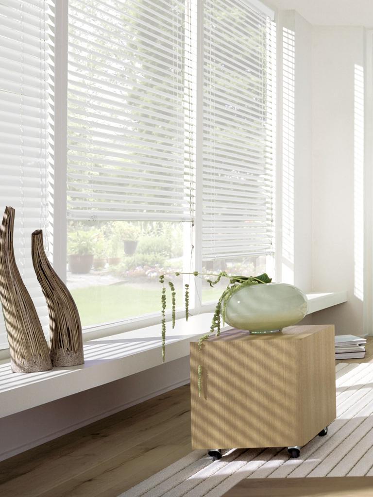 Жалюзи пластиковые Эскар, горизонтальные, цвет: белый, ширина 50 см, высота 160 см6050160Горизонтальные жалюзи Эскар, изготовленные из пластика, прекрасно оформят окно. Такие жалюзи компактны и удобны в эксплуатации. Регулировка светового потока осуществляется поворотом горизонтальных полотен вокруг оси. Полное открытие жалюзи осуществляется поднятием сложенных полотен вверх.Пластиковые жалюзи - самое универсальное и недорогое решение для любогопомещения. Купить их может каждый, а широкий выбор размеров под самыепопулярные габариты сделает покупку простой и удобной. Кроме того, жалюзи помогают регулировать нагрев помещения, снижают уровень шума и обеспечивают комфорт личного пространства.Жалюзи - стильный и функциональный аксессуар, который подходит к помещениям разных типов и сочетается с любым интерьером.