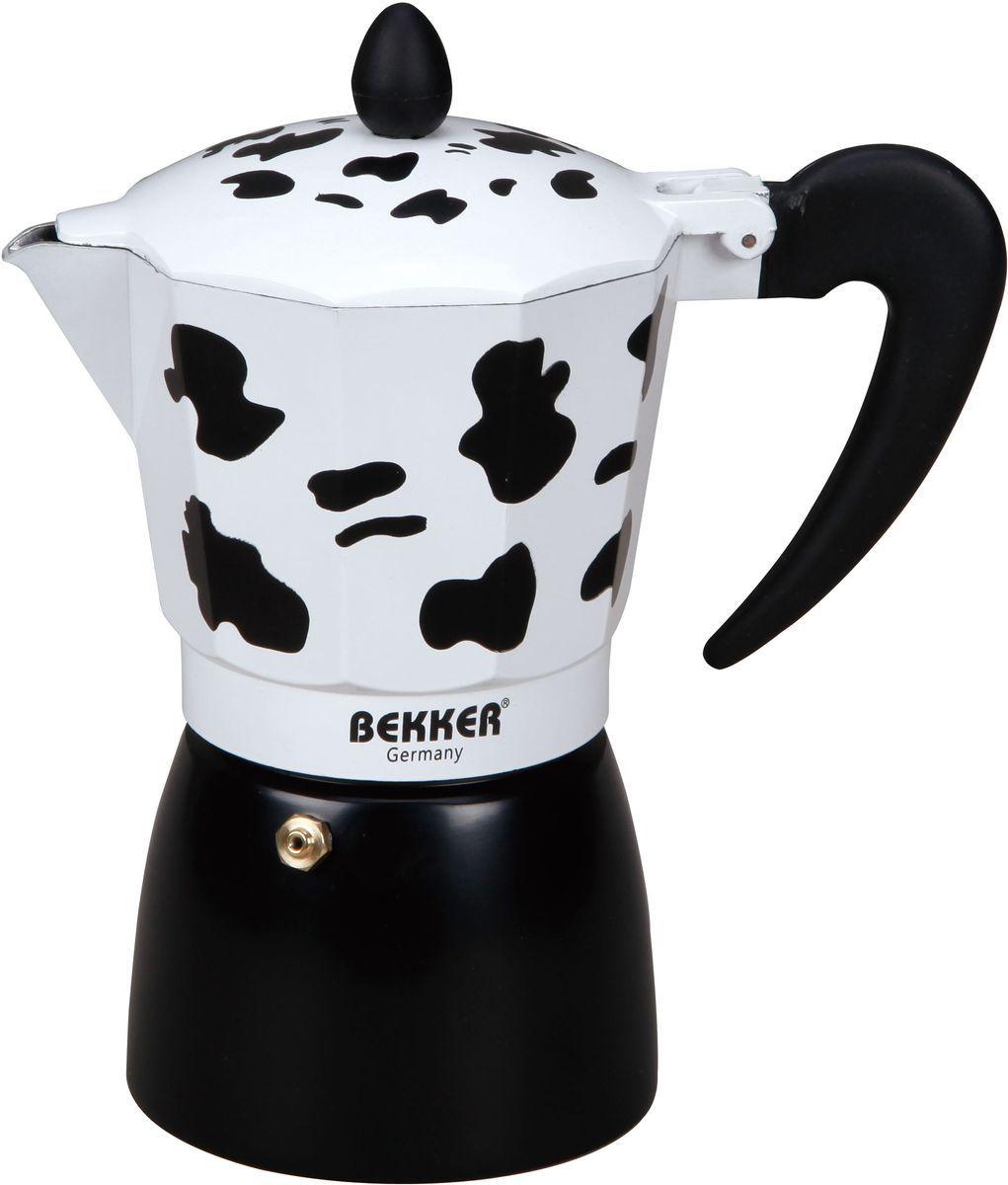 Кофеварка гейзерная Bekker, 450 мл. BK-9355BK-9355Гейзерная кофеварка Bekker позволит вам приготовить ароматный напиток за короткое время. Корпус кофеварки изготовлен из высококачественного алюминия. Кофеварка состоит из двух соединенных между собой емкостей и снабжена алюминиевым фильтром. Удобная ручка выполнена из прочного пластика.Данная модель предельно проста в использовании, в ней отсутствуют подвижные части и нагревательные элементы, поэтому в ней нечему ломаться. Гейзерные кофеварки являются самыми популярными в мире и позволяют приготовить ароматный кофе за считанные минуты.Основной принцип действия гейзерной кофеварки состоит в том, что напиток заваривается путем прохождения горячей воды через слой молотого кофе. В нижнюю часть гейзерной кофеварки заливается вода, в промежуточную часть засыпается молотый кофе, кофеварка ставится на огонь или электрическую плиту. Закипая, вода начинает испаряться и превращается в пар. Избыточное давление пара в нижней части кофеварки выдавливает горячую воду через молотый кофе и подобно небольшому гейзеру попадает в верхний отсек, где и собирается в готовый кофе. Время приготовления в гейзерной кофеварке составляет примерно 5 минут.