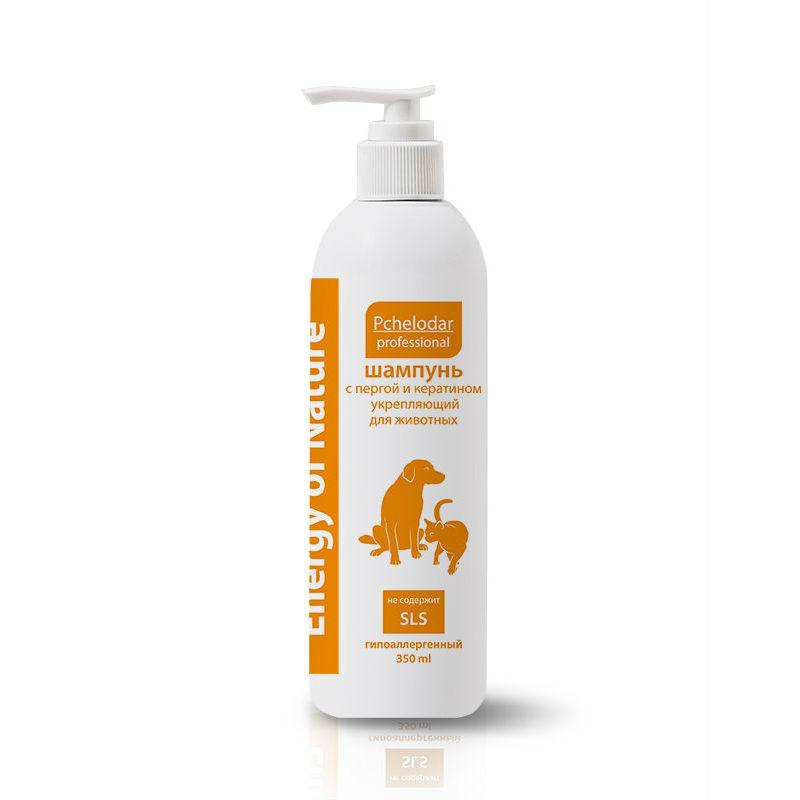 Шампунь для животных Пчелодар,укрепляющий, с пергой и кератином, 350 мл1071Шампунь укрепляющий с пергой и кератином рекомендован для животных (собак и кошек) с любым типом шерсти. Шампунь специально разработан для ухода за шерстью животных в период линьки. Входящий в состав натуральный экстракт перги является источником витаминов (А, Е, С, D, Р, РР, К и группы В), минеральных веществ и аминокислот, оказывает питающее и укрепляющее действие на волосяные луковицы. Кератин восстанавливает структуру волоса изнутри, стимулирует кровообращение в кожном покрове и способствует быстрому росту нового шерстного покрова. Благодаря активным компонентам значительно сокращается период линьки животного и улучшается качество и внешний вид шерсти.Шампунь не содержит SLS и агрессивных веществ.Натуральные компоненты профессиональных шампуней серии Energy of Nature позволяют применять их для животных с чувствительной кожей, склонной к аллергическим реакциям, а также щенкам и котятам. Имеет приятный цветочный аромат.Состав: Aqua, Magnesium lauret sulfat (and)disodium lauret sulfosuccinat, Cocamidopropyl betaine, Cocamide DEA, Polyquaternium7, Coco glucoside, Citric acid, Sodium chloride, Disodium EDTA, Ambrosia bee, Hydrolyzed keratin, Matricaria recutita L, Bidens tripartite, Herba Origani vulgaris extract, Methylcyloroisothiazolinone (and) methylisothiazolinone, Parfum.Показания:шампунь укрепляющий с пергой и кератином применяют животным для ежедневного ухода за шерстью и поддержания здоровья кожи, для сокращения периода линьки и при чрезмерном выпадении шерсти животного.Для достижения максимального эффекта рекомендуется применять в сочетании с Бальзамом-кондиционером укрепляющим с протеинами шелка и витаминным комплексом серии Energy of Nature.Способ применения:шерсть животного полностью смочить теплой водой, нанести небольшое количество шампуня, втирая до образования пены. Через 2-3 минуты шампунь тщательно смыть и высушить шерсть. При необходимости процедуру следует повторить.
