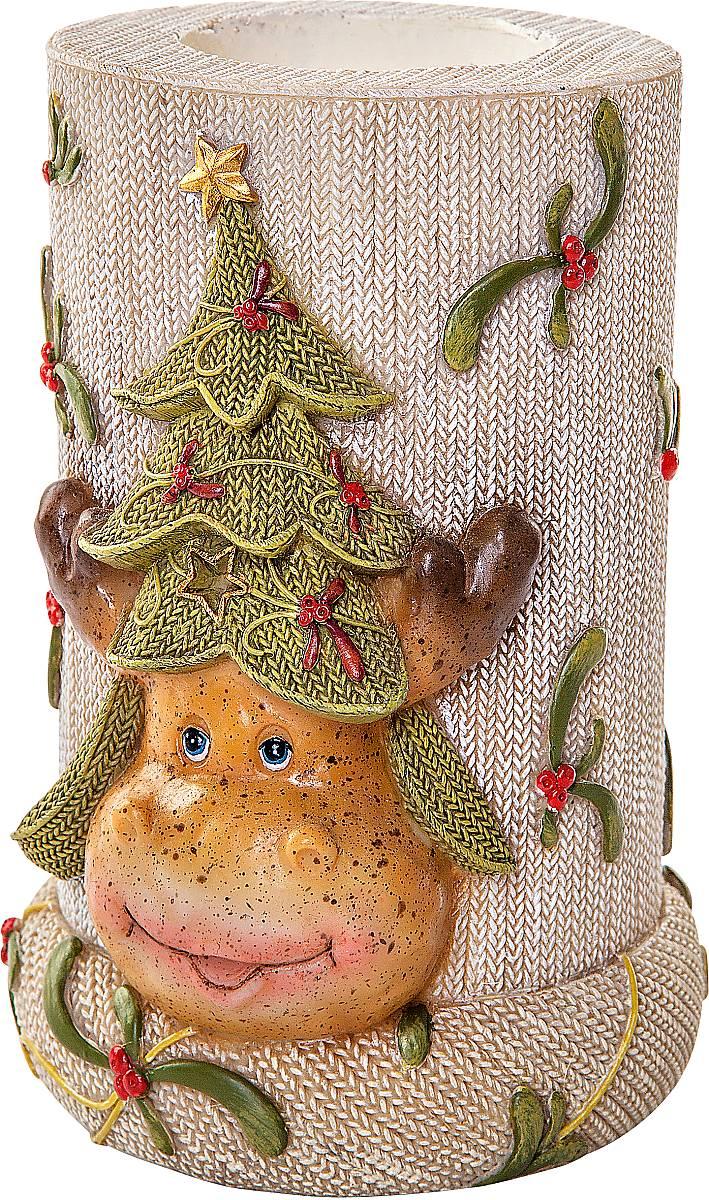 """Подсвечник Mister Christmas """"Олень"""" выполнен из  полистоуна и оснащен углублением для чайной свечи.  Оригинальный дизайн и красочное  исполнение создадут праздничное настроение.  Вы можете поставить такой подсвечник в любом месте,  где он будет удачно смотреться, и радовать глаз. Кроме  того такой он станет отличным вариант подарка для  ваших близких и друзей в преддверии Нового года."""