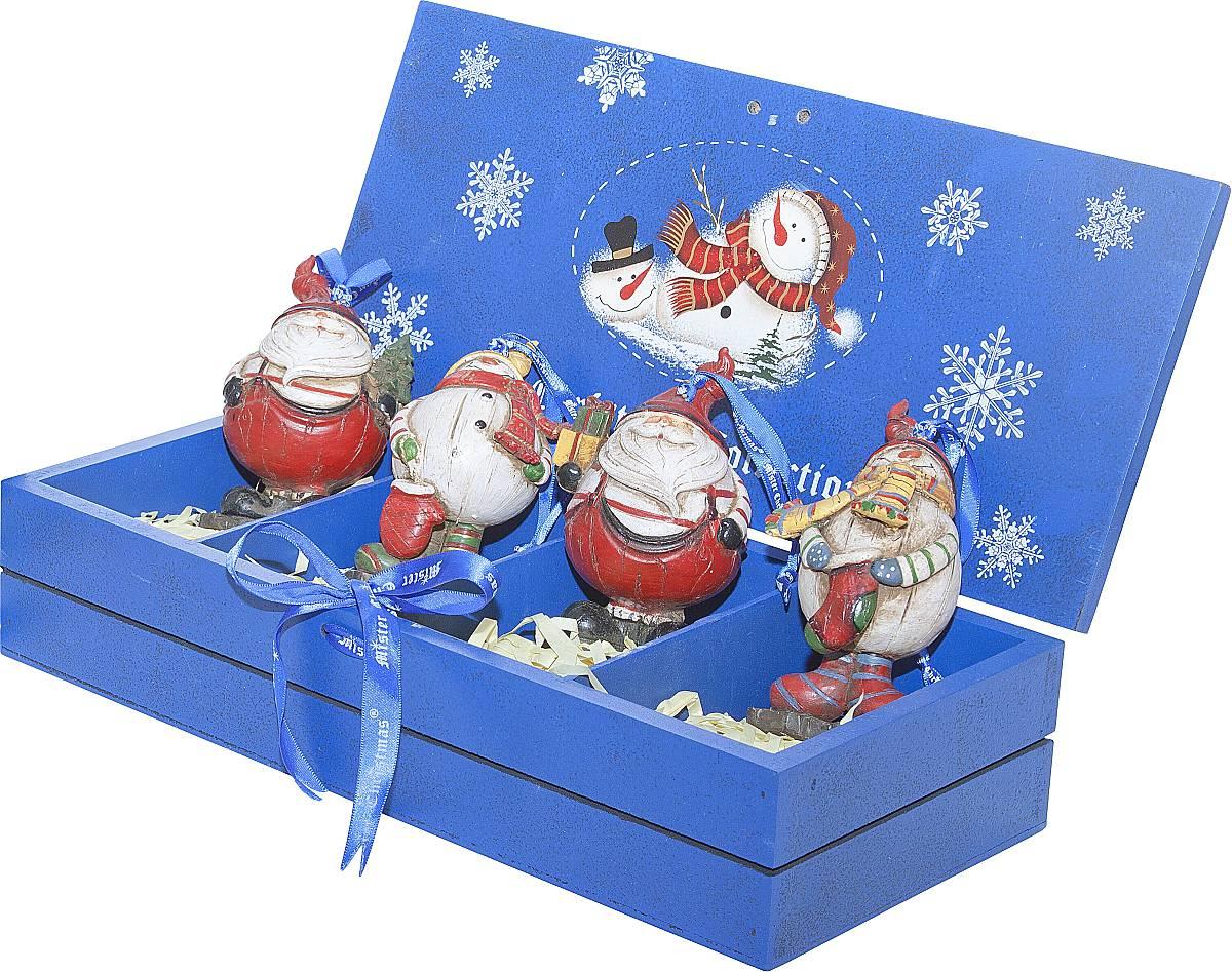 """Набор подвесных украшений """"Mister Christmas"""" поможет  стильно украсить новогоднюю елку. Изделия,  выполненные из полистоуна в виде любимых нами Деда  Мороза и снеговика, не оставят равнодушным никого, кто  придет в ваш дом. Такие украшения не боятся падения,  света или влаги и несмотря на размер достаточно  легкие. Игрушки оснащены петелькой для  подвешивания.  Набор упакован в коробку из натуральной древесины,  выкрашенную в насыщенный голубой цвет и украшенную  рисунком.  Такие украшения станут превосходным подарком к  Новому году, а так же дополнят коллекцию оригинальных  новогодних елочных игрушек."""