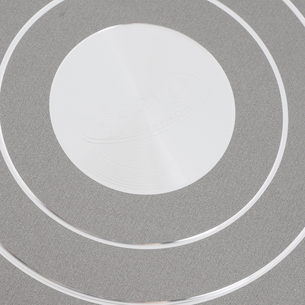 """Блинница Scovo """"Discovery"""" выполнена из качественного алюминия с антипригарным покрытием.   Такое покрытие жаропрочное, экологически чистое и полностью безопасное, без вредных   соединений и примесей. За счет того, что пища не пригорает и не пристает к покрытию   сковороды, ее легко и быстро мыть.  Изделие оснащено удобной пластиковой ручкой. А специальная плоская форма сковороды   идеальна для приготовления блинов, яичницы и пиццы.  Блинница подходит для газовых, электрических и   стеклокерамических плит. Также его можно мыть в   посудомоечной машине.   Диаметр сковороды (по верхнему краю): 25 см.  Высота стенки: 1,5 см.  Длина ручки: 18,5 см.     Простой рецепт блинов на Масленицу – статья на OZON Гид."""