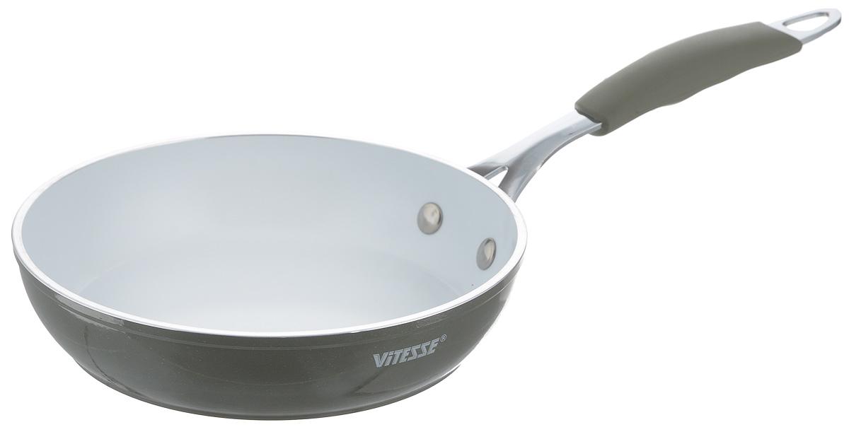 Сковорода Vitesse Eco-Cera, с керамическим покрытием, цвет: серый, белый. Диаметр 20 смVS-2230_серыйСковорода Vitesse Eco-Cera изготовлена из высококачественного кованого алюминия, что обеспечивает равномерное нагревание и быстрое доведение блюд до готовности. Внешнее цветное термостойкое покрытие обеспечивает легкую чистку. Внутреннее керамическое покрытие Eco-Cera белого цвета абсолютно безопасно для здоровья человека и окружающей среды, так как не содержит вредной примеси PFOA и имеет низкое содержание CO в выбросах при производстве. Керамическое покрытие обладает высокой прочностью, что позволяет готовить при температуре до 450°С и использовать металлические лопатки. Кроме того, с таким покрытием пища не пригорает и не прилипает к стенкам. Готовить можно с минимальным количеством подсолнечного масла. Сковорода быстро разогревается, распределяя тепло по всей поверхности, что позволяет готовить в энергосберегающем режиме, значительно сокращая время, проведенное у плиты.Сковорода оснащена термостойкой ненагревающейся ручкой удобной формы, выполненной из нержавеющей стали с силиконовым покрытием. Можно использовать на всех типах плит, включая индукционные. Можно мыть в посудомоечной машине. Высота стенки: 4,5 см. Длина ручки: 19,5 см.