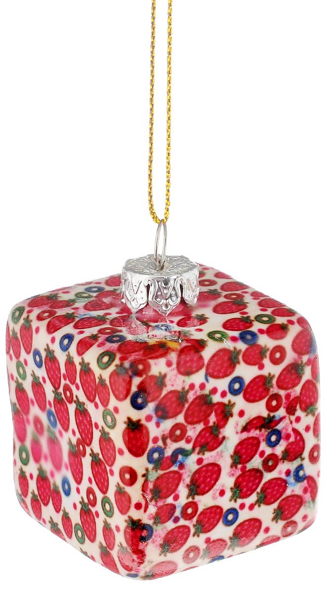 Украшение новогоднее подвесное Lillo Кубик, высота 4 смGL211011-2.5Н_белый с земляничкамиНовогоднее подвесное украшение Lillo Кубик выполнено из керамики в форме кубика. С помощью специальной петельки украшение можно повесить в любом понравившемся вам месте. Но, конечно, удачнее всего оно будет смотреться на праздничной елке. Елочная игрушка - символ Нового года. Она несет в себе волшебство и красоту праздника. Создайте в своем доме атмосферу веселья и радости, украшая новогоднюю елку нарядными игрушками, которые будут из года в год накапливать теплоту воспоминаний.
