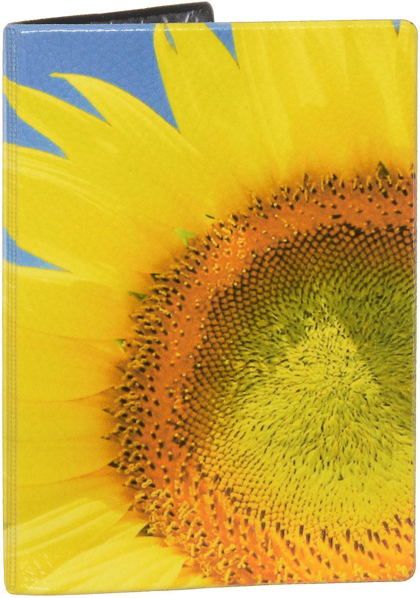 Обложка для паспорта Эврика Подсолнух крупно, цвет: голубой, желтый. 93265ПВХ (поливинилхлорид)Обложка для паспорта от Evruka- оригинальный и стильный аксессуар, который придется по душе истинным модникам и поклонникам интересного и необычного дизайна. Качественная обложка выполнена из легкого и прочного ПВХ с зернистой фактурой, который надежно защищает важные документы от пыли и влаги. Изделие оформлено ярким летним принтом с подсолнухами. Рисунок нанесён специальным образом и защищён от стирания.Изделие раскладывается пополам. Внутри размещены два накладных кармашка из прозрачного ПВХ.Простая, но в то же время стильная обложка для паспорта определенно выделит своего обладателя из толпы и непременно поднимет настроение. А яркий современный дизайн, который является основной фишкой данной модели, будет радовать глаз.