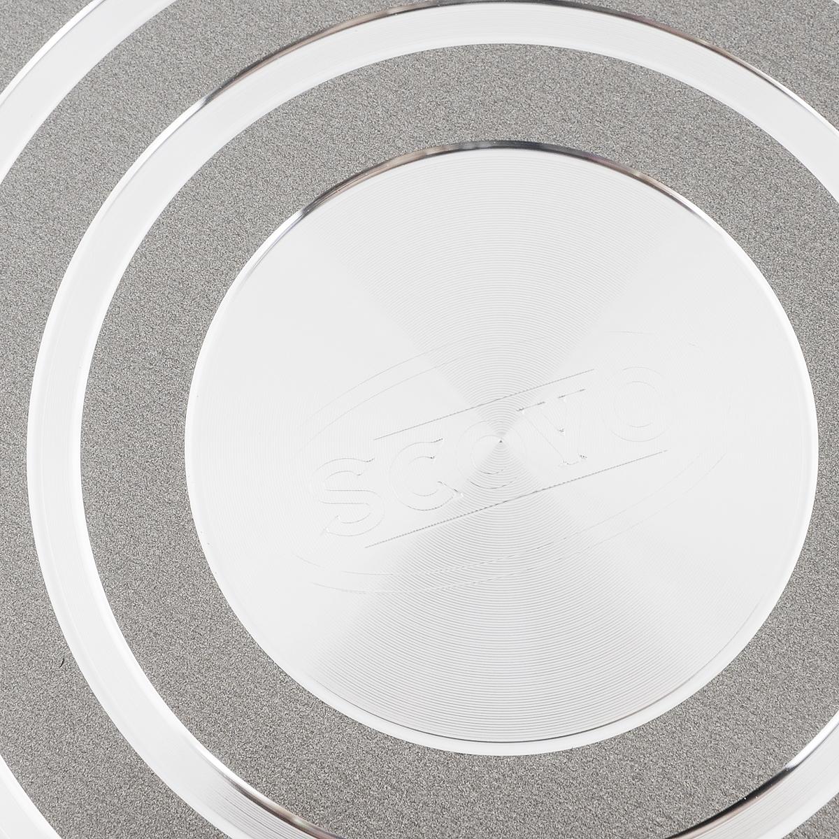 """Сковорода Scovo """"Discovery"""" изготовлена из алюминия с  антипригарным покрытием Quantum2 Whitford с рисунком  """"соты"""". Такое покрытие обеспечивает превосходные  антипригарные свойства, поэтому при готовке можно почти  не использовать подсолнечное масло. Не содержит PFOA,  соединений кадмия и свинца, поэтому посуда абсолютно  безопасна для здоровья.  Съемная ручка, выполненная из пластика, помогает решить  проблему свободного места на кухне при хранении посуды и  позволяет использовать посуду в духовке. Внешнее покрытие  Piroskan Whitford легко моется и устойчиво к царапинам.  Изделие можно использовать на газовых, электрических и  стеклокерамических плитах. Можно мыть в посудомоечной  машине.  Высота стенки: 4,3 см.  Длина ручки: 17,5 см."""