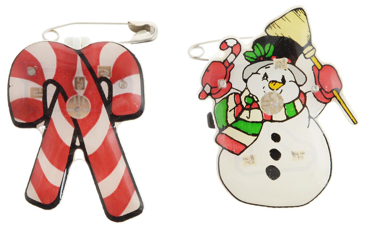 Значок светодиодный B&H Зимняя сказка, 2 штBH1072Значок светодиодный B&H Зимняя сказка прекрасно дополнит ваш новогодний образ. Значки выполнены из пластика в виде фигурки снеговика и рождественских леденцов. Крепятся к одежде при помощи булавок. Значки снабжены 3 быстро мигающими светодиодами. Почувствуйте волшебные минуты ожидания праздника, создайте новогоднее настроение вашим родным и близким. Средний размер значков: 3 х 2 х 1 см.Каждый значок работает от 3 батареек типа LR41 (входят в комплект).
