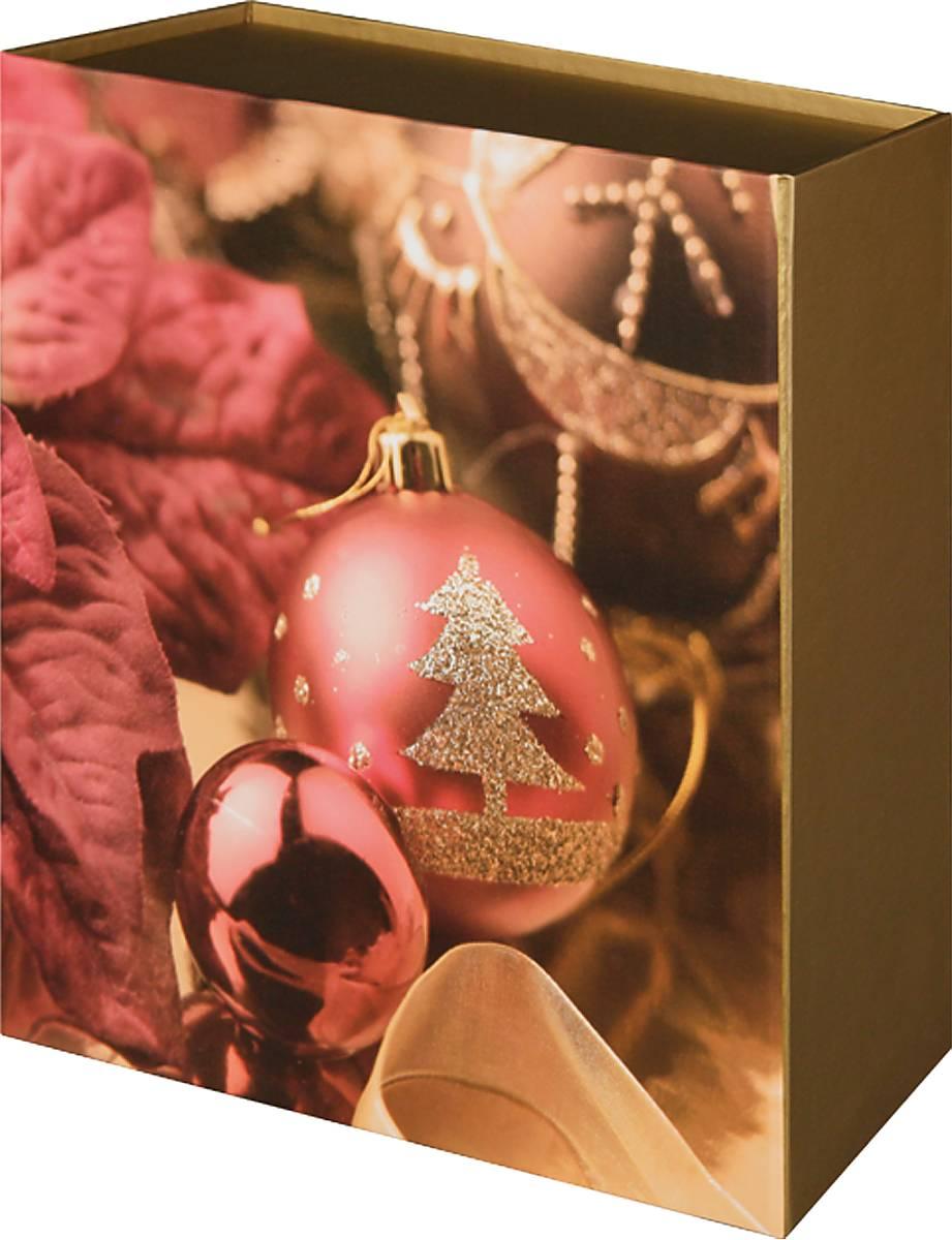 """Подарочная складная """"Mister Christmas"""" выполнена из  прочного картона. Простой новогодний принт, сочетание  цветов, использованных в дизайне упаковки, делают ее  стильной и изящной. В нее можно положить подарок  самой  разной ценности, главное, чтобы он подходил по  размерам.  Подарочная коробка """"Mister Christmas"""" наполнена  новогодним духом и задает праздничное настроение.  Спокойный ненавязчивый рисунок делает коробку  стильным завершением новогоднего подарка. Друзья,  клиенты и коллеги по достоинству оценят такой  знак внимания."""