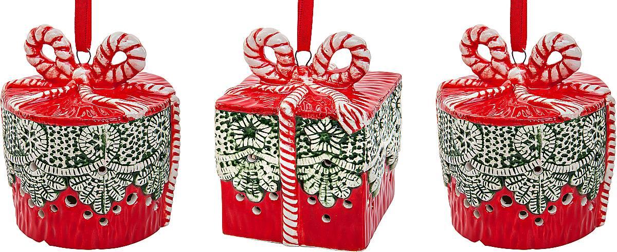 """Набор подвесных украшений """"Mister Christmas""""  прекрасно подойдет для праздничного декора  новогодней ели. Набор состоит из 3 керамических  украшений в виде коробок для подарков. Для удобного  размещения на елке для каждого украшения  предусмотрено петелька.  Елочная игрушка - символ Нового года. Она несет в  себе волшебство и красоту праздника. Создайте в своем  доме атмосферу веселья и радости, украшая  новогоднюю елку нарядными игрушками, которые будут  из года в год накапливать теплоту воспоминаний.  Откройте для себя удивительный мир сказок и грез.  Почувствуйте волшебные минуты ожидания праздника,  создайте новогоднее настроение вашим дорогим и  близким. Высота украшения: 8 см."""
