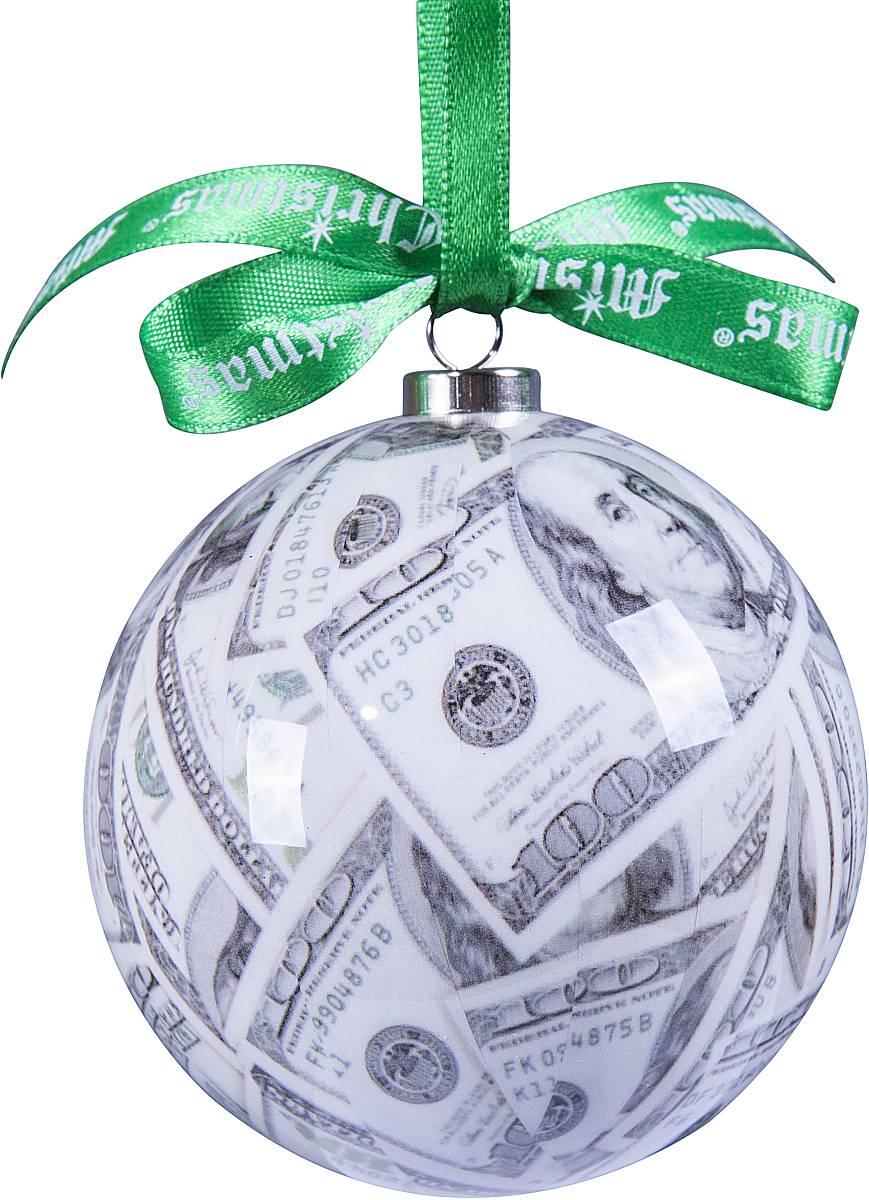 Украшение новогоднее подвесное Mister Christmas Папье-маше, диаметр 7,5 смDOL-2Подвесное украшение Mister Christmas Папье-машевыполнено ручной работы с изображениемстодолларовых купюр по технологии декоративногоискусства papier-mache. Такой шар очень легкий, но в тоже время удивительно прочный. На создание одной такойигрушки уходит несколько дней. И в результате получаетсянастоящее произведение искусства!Изделие оснащено атласной ленточкой с логотипомбренда Mister Christmas для подвешивания.Такое украшение станет превосходным подарком кНовому году, а так же дополнит коллекцию оригинальныхновогодних елочных игрушек.