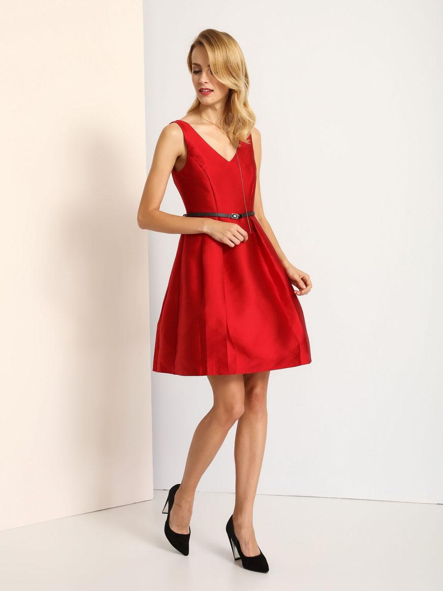 Платье Top Secret, цвет: красный. SSU1718CE. Размер 40 (46)SSU1718CEаМодное платье Top Secret станет отличным дополнением к вашему гардеробу. Модель выполнена из высококачественного полиэстера. Платье-миди с V-образным вырезом горловины и без рукавов застегивается на застежку-молнию, расположенную на спинке. На талии модель дополнена стильным ремешком. Нижняя часть подкладки дополнена сетчатым материалом, который придает платью пышность. Платье оформлено декоративными складками.