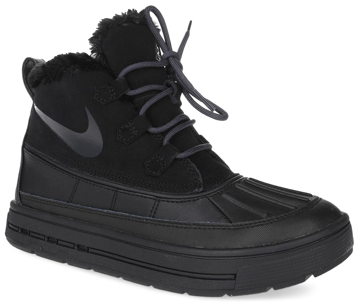 Ботинки детские Nike Woodside Chukka 2 (GS), цвет: черный. 859425-002. Размер 5,5 (37,5)859425-002Ботинки Nike Woodside Chukka 2 выполнены из сочетания искусственной и натуральной кожи, дополнена резиновой вставкой. Подкладка изготовлена из искусственного меха. Модель на шнуровке. Вставка phylon по всей длине подошвы обеспечивают мягкую амортизацию. Резиновая подошва оснащена протектором.