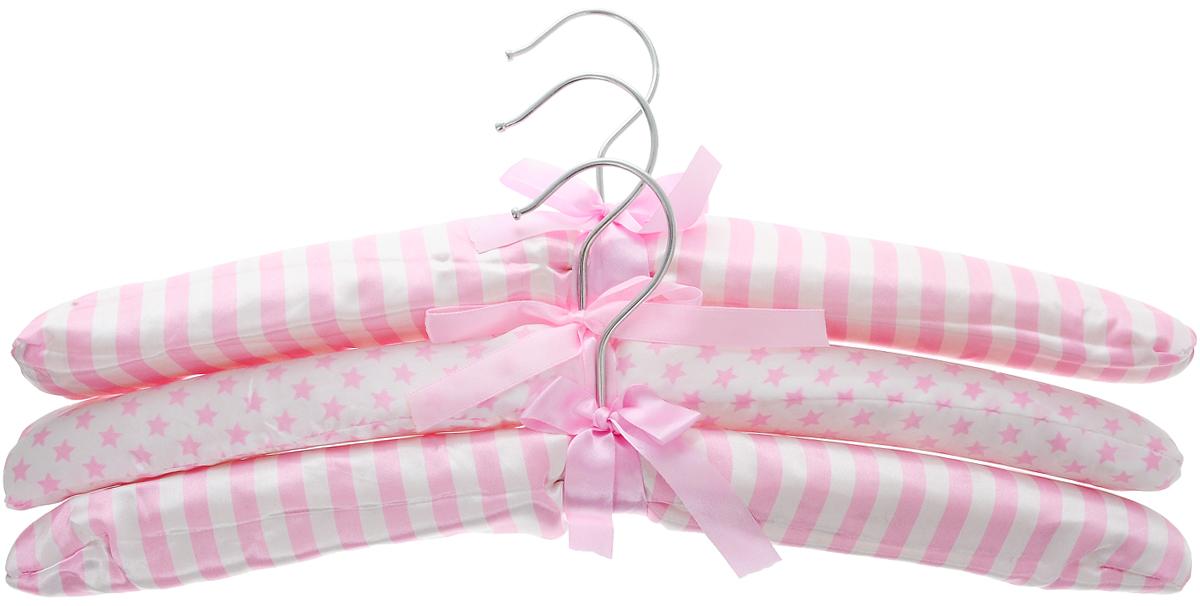 Набор вешалок для одежды Home Queen Полоски и звездочки, 3 шт57023_розовый, полоски, звездочкиНабор Home Queen Полоски и звездочки состоит из трех мягких вешалок, изготовленных из дерева и атласного текстиля. Изделия декорированы полосками и звездочками и дополнены бантиками. Благодаря мягкому наполнителю идеально подойдут для деликатной одежды из шерсти и нежных тканей. Такие вешалки станут полезным приобретением для вашего гардероба. С ними ваша одежда избежит ненужных растяжек и провисаний. Подходит также для сушки вещей после стирки.