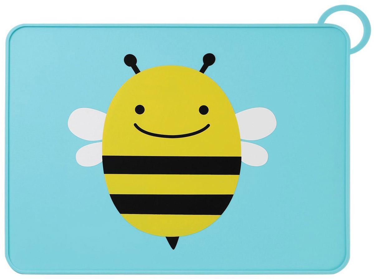 """Коврик на стол SkipHop """"Пчела"""" поможет вашему малышу познакомиться со взрослой посудой.Он изготовлен из прочного пищевого  силикона и обладает нескользящей поверхностью. Благодаря этому тарелка останется неподвижной, а специальный приподнятый бортик не даст  оказаться на столе тому, что выпало из нее. Лицевая сторона коврика декорирована изображением милой пчелки. Коврик для столовых  приборов снабжен петлей для сушки или для хранения в сложенном виде.Рекомендуется ручная мойка или мойка в посудомоечной машине  только на верхней полке."""