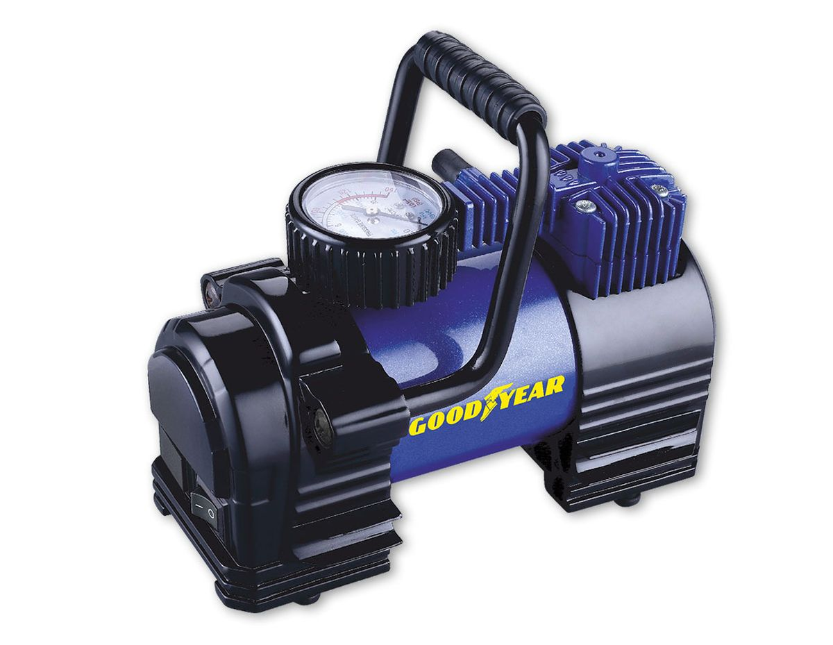 Компрессор воздушный Goodyear GY-35L, 35 л/минGY000102Компрессор поршневого типа с повышенной производительностью для накачивания автомобильных шин , колес, велосипедов, мячей и матрацев. Увеличеннаямощьность двигателя, а так же эффективная система охлажденияпозволяет сократить время накачки до 20 %. Дополнительно в компрессоре предусмотрены пазы для крепления воздушного шланга, упрощающие разборку и укладку компрессора.• Не требует обслуживания• Накачивает колесо R-16 за 4 минуты• Высокоточный манометр• Сумка и набор переходников в комплекте• Флажковый предохранитель в капсуле на контактном проводе• Металлический радиатор охлаждения камеры поршня• Съемная ручка для переноски• Расширенная гарантия (3 года)• Оригинальный лицензированный продукт