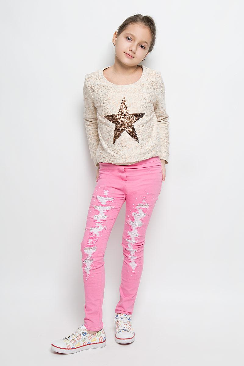 Джинсы для девочки Nota Bene, цвет: розовый. SS162G404-5. Размер 164SS162G404-5Стильные джинсы для девочки Nota Bene идеально подойдут вашей юной моднице. Изготовленные из плотной эластичной ткани, они мягкие и тактильно приятные, не сковывают движения и хорошо пропускают воздух, обеспечивая комфорт при носке. Модель зауженного кроя застегивается спереди в поясе и имеет широкую эластичную резинку. Спереди модель оформлена имитацией ширинки и двух карманов, а сзади дополнена двумя накладными карманами. Джинсы оформлены потертостями, прорезями с вставками из нежного гипюра. Модные потертости украшены сверкающими стразами-капельками.