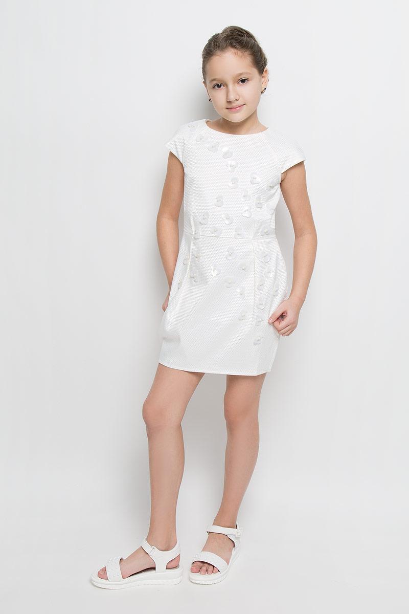 Платье для девочки Nota Bene, цвет: молочный. ND6505-17. Размер 134ND6505-17Платье для девочки Nota Bene выполнено из 100% полиэстера и дополнено подкладкой из натурального хлопка. Платье-миди с круглым вырезом горловины и короткими рукавами-реглан застегивается на потайную застежку-молнии расположенную в среднем шве спинки. Юбка дополнена складками. Спереди платье оформлено оригинальными цветочками из пайеток и мелких бусин.