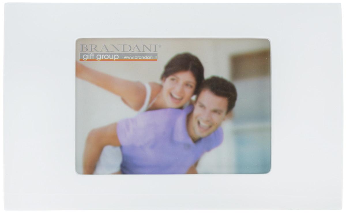 Фоторамка Brandani, цвет: белый, 13 х 18 см56154Фоторамка Brandani выполненная из пластика, имеет оригинальный выпуклый дизайн. Оборотная сторона рамки оснащена специальной ножкой, благодаря которой ее можно поставить на стол или любое другое место в доме или офисе. Также изделие оснащено креплениями для подвешивания на стену. Такая фоторамка поможет вам оригинально и стильно дополнить интерьер помещения, а также позволит сохранить память о дорогих вам людях и интересных событиях вашей жизни.Размер фоторамки: 28,3 х 17,5 см.Подходит для фотографий размером: 13 х 18 см.
