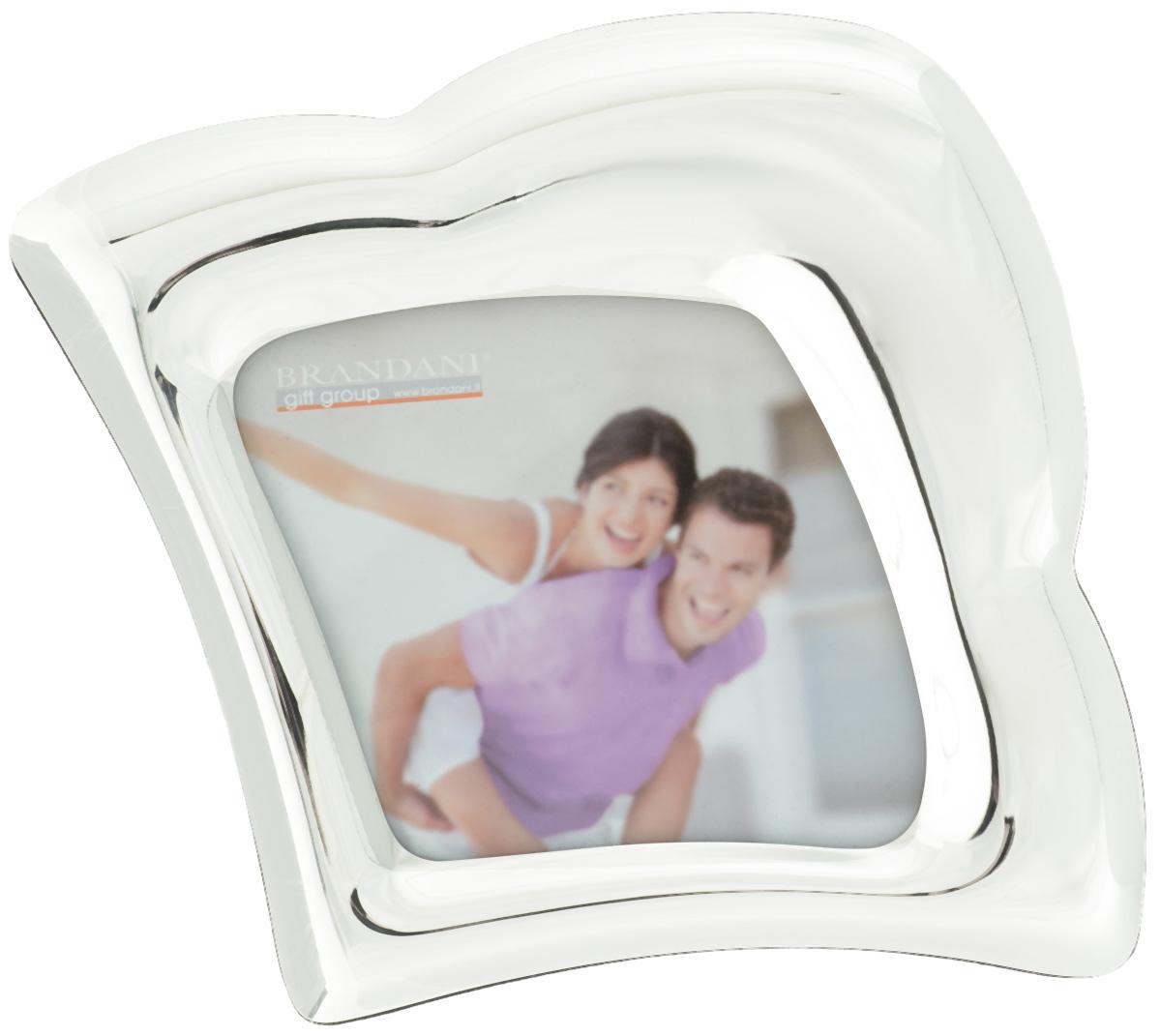 Фоторамка Brandani Облако, цвет: серебристый, 10 х 10 см56207Фоторамка Brandani Облако, выполненная из пластика, имеет оригинальный дизайн. Оборотная сторона рамки оснащена специальной ножкой, благодаря которой ее можно поставить на стол или любое другое место в доме или офисе. Также изделие оснащено креплениями для подвешивания на стену. Такая фоторамка поможет вам оригинально и стильно дополнить интерьер помещения, а также позволит сохранить память о дорогих вам людях и интересных событиях вашей жизни.Размер фоторамки: 23 х 19,5 см.Подходит для фотографий размером: 10 х 10 см.
