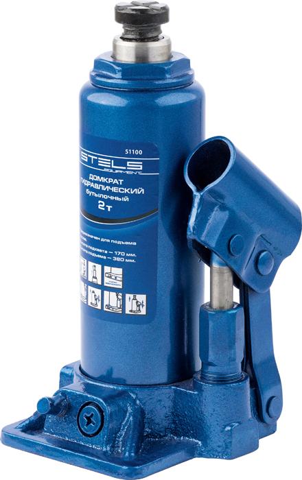 Домкрат гидравлический бутылочный Stels, 2 т, высота подъема 158–308 мм51100Гидравлический домкрат STELS с клапаном безопасности предназначен для подъема груза массой до 2 тонн. Домкрат является незаменимым инструментом в автосервисе, часто используется при проведении ремонтно-строительных работ. Минимальная высота подхвата домкрата STELS составляет 15,8 см (низкий подхват). Максимальная высота, на которую домкрат может поднять груз, составляет 30,8 см. Этой высоты достаточно для установки жесткой опоры под поднятый груз и проведения ремонтных работ. Клапан безопасности предотвращает подъем груза, масса которого превышает массу заявленную производителем. Также домкрат оснащен магнитным собирателем, исключающим наличие стружки в масле цилиндра, что значительно сокращает риск поломки домкрата. ВНИМАНИЕ! Домкрат не предназначен для длительного поддерживания груза на весу либо для его перемещения. Перед подъемом убедитесь, что груз распределен равномерно по центру опорной поверхности домкрата. Масса поднимаемого груза не должна превышать массу, указанную производителем. Домкрат во время работы должен быть установлен на горизонтальной ровной и твердой поверхности. После поднятия груза необходимо использовать специальные стойки-подставки для его поддерживания. Запрещается производить любого вида работы под поднятым грузом при отсутствии поддерживающих его подставок. Перед началом работы ознакомьтесь с инструкцией по эксплуатации изделия.