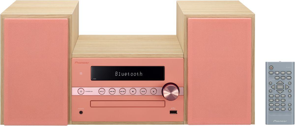 Pioneer X-CM56, Coral музыкальный центр1500175Система Pioneer X-CM56 достаточно небольшая, чтобы помещаться практически в любом месте, и достаточно большая, чтобы и гостиную наполнить достаточным звучанием.Интеллектуальный, навеянный скандинавскими мотивами, дизайн допускает различные варианты установки и может благодаря четырем различным цветовым сочетаниям безупречно интегрироваться в любой интерьер: наряду со стилизацией под дерево с классическими белыми и черными передними панелями, в качестве свежих штрихов на выбор представляются такие цветовые сочетания, как бук с абрикосом и бук с мятой.В музыкальном плане здесь правит разнообразие: к таким классическим источникам, как FM-радио и CD-проигрыватель, присоединились смартфоны и карты памяти, причем последние просто вставляются в USB-порт на передней панели, а первые подключаются по беспроводной сети через NFC/Bluetooth и всего лишь одним движением руки.Независимо от местоположения звучание X-CM 56 удивит вас, так как ее регулятор, усилитель низких частот и эквалайзер могут адаптировать его под акустику помещения и вкус слушающего. И, наконец, компания Pioneer подумала также и об индивидуально программируемой функцией будильника, которая приветствует вас по утрам любимой музыкой в превосходном стереофонического качестве.