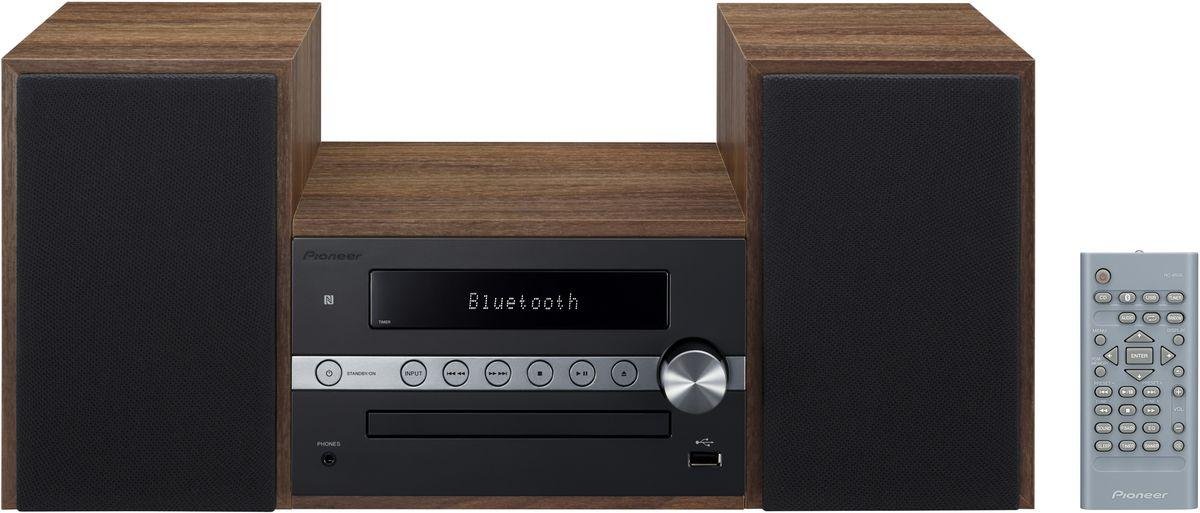 Pioneer X-CM56, Black музыкальный центр1500134Система Pioneer X-CM56 достаточно небольшая, чтобы помещаться практически в любом месте, и достаточнобольшая, чтобы и гостиную наполнить достаточным звучанием.Интеллектуальный, навеянный скандинавскими мотивами, дизайн допускает различные варианты установки иможет благодаря четырем различным цветовым сочетаниям безупречно интегрироваться в любой интерьер:наряду со стилизацией под дерево с классическими белыми и черными передними панелями, в качестве свежихштрихов на выбор представляются такие цветовые сочетания, как бук с абрикосом и бук с мятой.В музыкальном плане здесь правит разнообразие: к таким классическим источникам, как FM-радио и CD- проигрыватель, присоединились смартфоны и карты памяти, причем последние просто вставляются в USB-порт напередней панели, а первые подключаются по беспроводной сети через NFC/Bluetooth и всего лишь однимдвижением руки.Независимо от местоположения звучание X-CM 56 удивит вас, так как ее регулятор, усилитель низких частот иэквалайзер могут адаптировать его под акустику помещения и вкус слушающего. И, наконец, компания Pioneerподумала также и об индивидуально программируемой функцией будильника, которая приветствует вас по утрамлюбимой музыкой в превосходном стереофонического качестве.