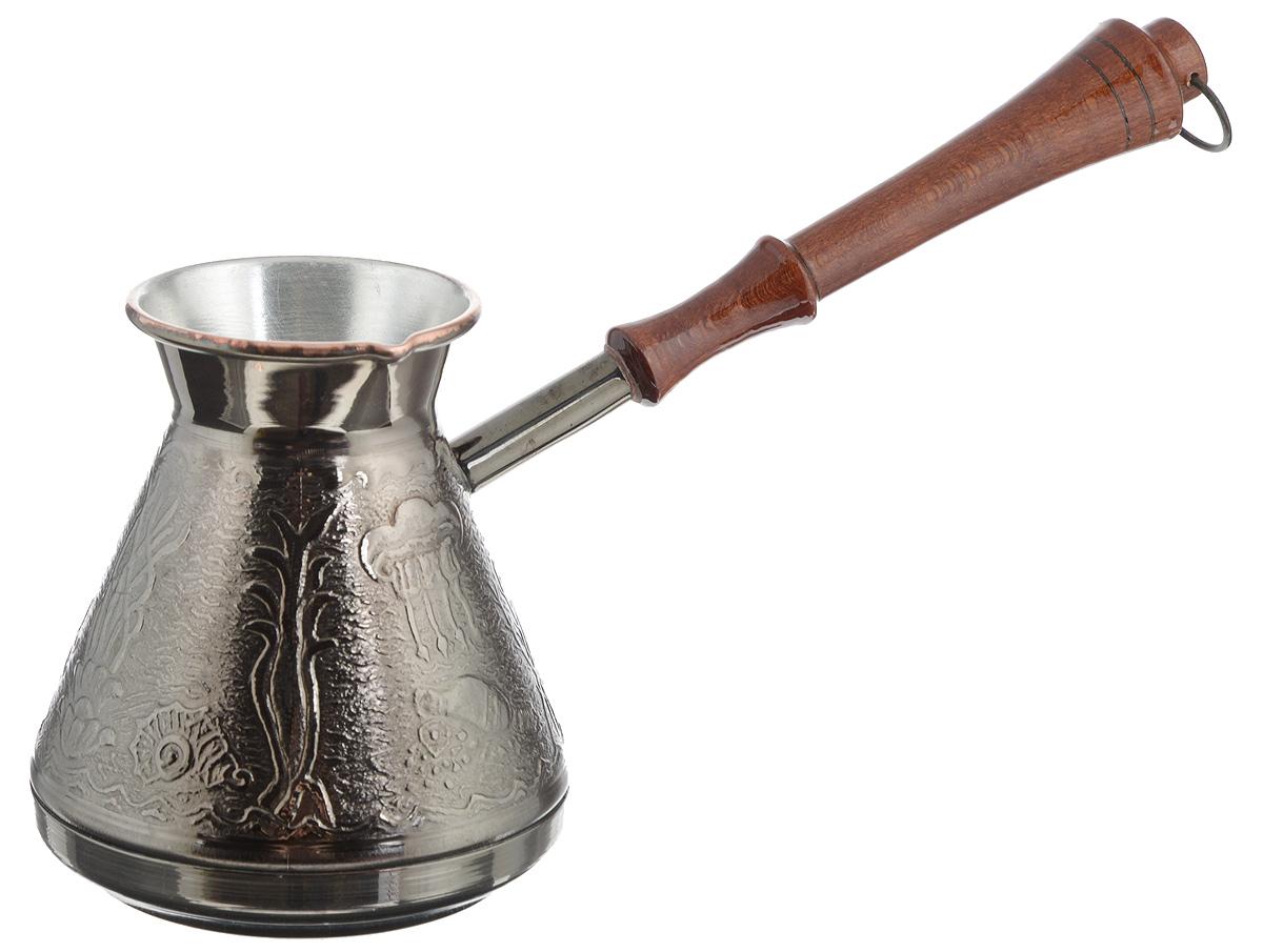 """Турка """"Море"""" прекрасно подходит для приготовления настоящего кофе на плите. Она изготовлена из меди. Внешняя поверхность имеет декоративное теснение, что придает изделию оригинальный внешний вид. Изделие оснащено небольшим носиком и удобной не нагревающейся деревянной ручкой с петелькой для подвешивания. Надежное крепление ручки гарантирует безопасное использование. Такая турка будет красивым дополнением в вашем уютном доме. Подходит для газовых и электрических плит. Не подходит для индукционных. Диаметр (по верхнему краю): 7 см. Высота стенки: 12 см. Длина ручки: 20,5 см."""