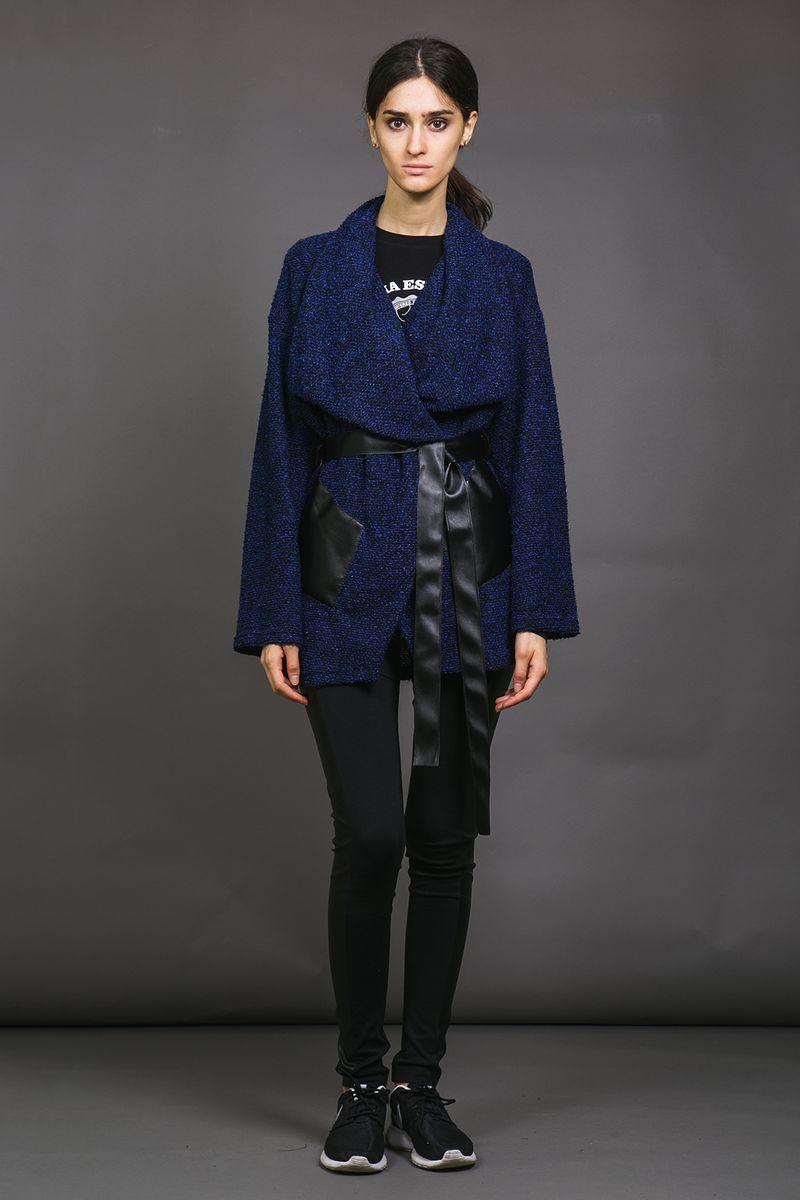 Кардиган женский La Via Estelar, цвет: синий. 53331-1. Размер 4853331-1Мягкий уютный кардиган La Via Estelar из плотной ткани имеет два стилизованных под натуральную кожу кармана, широкий и красивый отложной ворот, пояс, подчеркивающий талию и позволяющий комбинировать стили носки. Подобный дизайн позволяет сочетать этот элемент одежды с различными стилями: от делового, до повседневного.