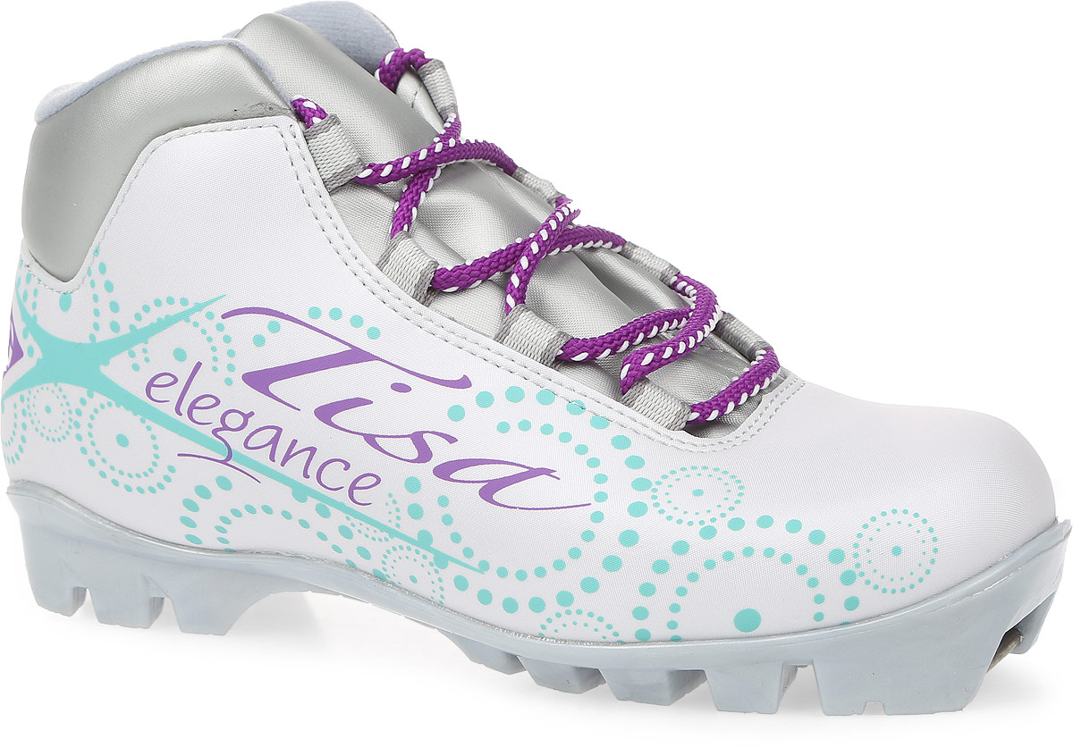 """Ботинки Tisa """"Sport Lady NNN"""" выполнены из искусственных материалов в классическом стиле и предназначены для лыжных прогулок и туризма. Сплошной язычок предотвращает проникновение снега и влаги. Подкладка, исполненная из мягкого флиса и искусственного меха, защитит ноги от холода и обеспечит уют. Верх изделия оформлен удобной шнуровкой с петлями из текстиля. Вставки в мысовой и пяточной частях предназначены для дополнительной жесткости. Подошва системы NNN выполнена из полимерного термопластичного материала. С одной из боковых сторон лыжные ботинки дополнены принтом в виде логотипа бренда и названия модели."""