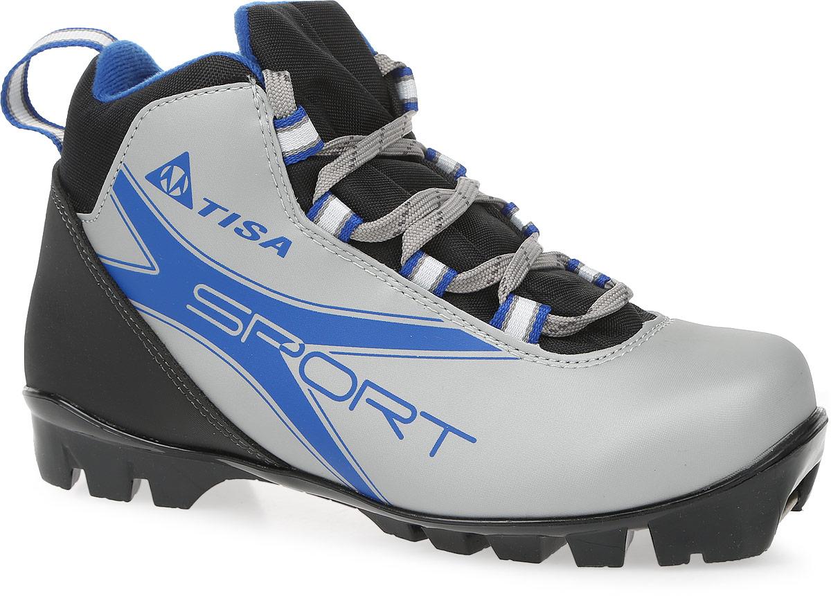 Ботинки лыжные беговые Tisa Sport NNN, цвет: черный, серый, синий. Размер 44S75615Ботинки Tisa Sport NNN выполнены из искусственных материалов в классическом стиле и предназначены для лыжных прогулок и туризма. Сплошной язычок предотвращает проникновение снега и влаги. Подкладка, исполненная из мягкого флиса и искусственного меха, защитит ноги от холода и обеспечит уют. Верх изделия оформлен удобной шнуровкой с петлями из текстиля. Вставки в мысовой и пяточной частях предназначены для дополнительной жесткости. Подошва системы NNN выполнена из полимерного термопластичного материала. С одной из боковых сторон лыжные ботинки дополнены принтом в виде логотипа бренда и названия модели.