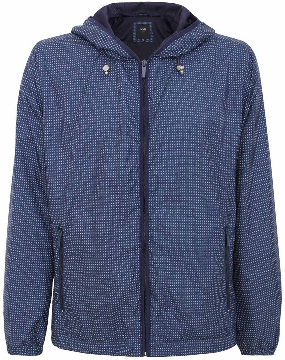 Куртка мужская oodji, цвет: темно-синий, белый. 1L515010M/44097N/7910G. Размер XL (56-182)1L515010M/44097N/7910GМужская куртка oodji изготовлена из полиэстера. Модель застёгивается на застежку-молнию. Капюшон фиксируется резинкой-утяжкой. Спереди расположено два прорезных кармана на молниях. С внутренней стороны куртки расположен дополнительный карман на застежке-молнии.