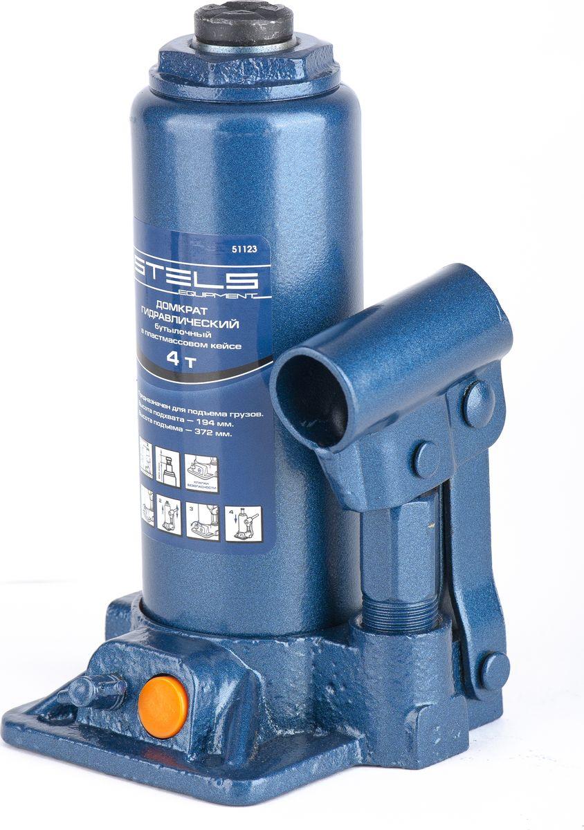 Домкрат гидравлический бутылочный Stels, 4 т, высота подъема 194–372 мм, в пласт. кейсе51123Гидравлический домкрат STELS с клапаном безопасности предназначен для подъема груза массой до 4 тонн. Домкрат является незаменимым инструментом в автосервисе, часто используется при проведении ремонтно-строительных работ. Минимальная высота подхвата домкрата STELS составляет 19,4 см. Максимальная высота, на которую домкрат может поднять груз, составляет 37,2 см. Этой высоты достаточно для установки жесткой опоры под поднятый груз и проведения ремонтных работ. Клапан безопасности предотвращает подъем груза, масса которого превышает массу заявленную производителем. Также домкрат оснащен магнитным собирателем, исключающим наличие стружки в масле цилиндра, что значительно сокращает риск поломки домкрата. Поставляется в удобном пластиковом кейсе. ВНИМАНИЕ! Домкрат не предназначен для длительного поддерживания груза на весу либо для его перемещения. Перед подъемом убедитесь, что груз распределен равномерно по центру опорной поверхности домкрата. Масса поднимаемого груза не должна превышать массу, указанную производителем. Домкрат во время работы должен быть установлен на горизонтальной ровной и твердой поверхности. После поднятия груза необходимо использовать специальные стойки-подставки для его поддерживания. Запрещается производить любого вида работы под поднятым грузом при отсутствии поддерживающих его подставок. Перед началом работы ознакомьтесь с инструкцией по эксплуатации изделия.