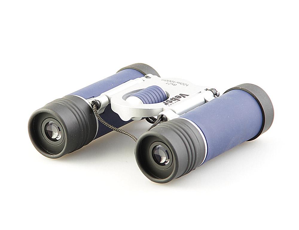 Бинокль Veber Sport, цвет: черный, синий, БН 8x21 NEW11002Дизайнерское оформление и удобное управление настройками. Металлический обрезиненный корпус, просветленная оптика. Дополнительные резиновые кольца-прокладки в объективах и окулярах защищают от проникновения влаги. ОПИСАНИЕ Дизайнерский бинокль 8-крат. Удачное сочетание синего, черного и серебристого. Разумный компромисс между увеличением, светосилой, весогабаритными характеристиками и ценой. Все корпусные детали сделаны из металла. Трубки бинокля (включая окуляры) обклеены тонкой резиной (брызгозащищенное исполнение). Очень компактный. Особенности Очень компактный Призмы Roof Влагозащищенный Просветляющее покрытие оптических элементов Металлический обрезиненный корпус Комплектация Бинокль Футляр Ткань для протирки оптики Ремешок Гарантийный талон и инструкция Характеристики Диапазон рабочих температур, С от -20 до +40 Диаметр выходного зрачка, мм 2.6 Угловое поле зрения, град. 6.6 Увеличение, крат 8 Zoom нет Диаметр объектива, мм 21 Линейное поле зрения (на расстоянии 1000 м), м 124 Габаритные размеры, мм 93*99*31 Вес, кг 0.130 Цвет черный/синий/серебристый Материал корпуса металл Материал отделки корпуса обрезиненный корпус Бинокль прошел индивидуальную настройку в сервисном центре компании, о чем свидетельствует наклейка с фамилией или номером мастера на корпусе прибора.