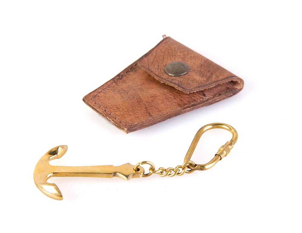 Брелок Veber Якорь, цвет: золотой19578Брелок Veber Якорь для рюкзака или ключа станет отличным подарком. Теперь не нужно кричать «полундра» и ходить в тельнике. Свою принадлежность к морскому братству Вы можете подчеркнуть, покручивая брелоком «Якорь» вокруг указательного пальца правой руки. Брелок выполнен из бронзы в форме якоря. Материал футляра - натуральная кожа.