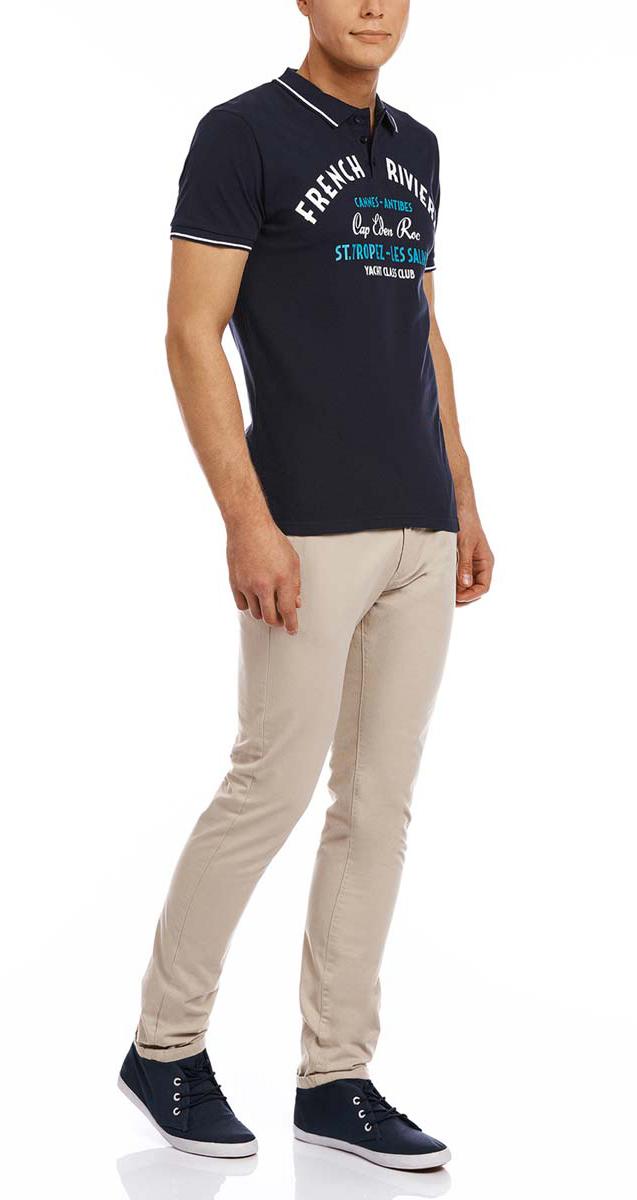 Поло мужское oodji, цвет: темно-синий, белый. 5L412188M/44032N/7910P. Размер XXL (58/60)5L412188M/44032N/7910PСтильное мужское поло oodji изготовлено из натурального хлопка.Модель с короткими рукавами и отложным воротником застегивается спереди на три пуговицы. Передняя часть декорирована оригинальным принтом с надписями. Манжеты рукавов дополнены трикотажными резинками.