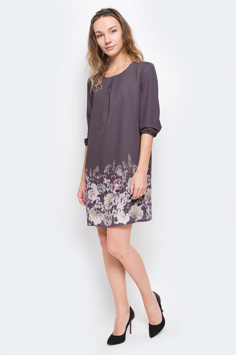 Платье Sela Casual, цвет: серо-коричневый. D-117/1036-6310. Размер S (44)D-117/1036-6310Платье Sela Casual выполнено из полиэстера и дополнено тонкой подкладкой. Модель с круглым вырезом горловины и рукавами длинной 7/8 застегивается сзади на небольшую пуговичку расположенную на горловине. Платье-миди спереди дополнено встречной складкой и по подолу оформлено цветочным принтом.